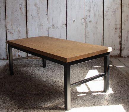 ブラックアイアンが特徴的なローテーブル