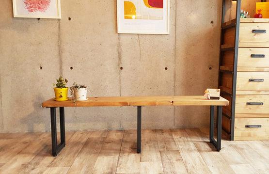 3本足のデザインベンチ