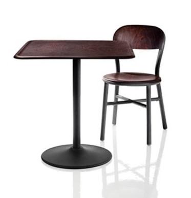 パイプでできた椅子