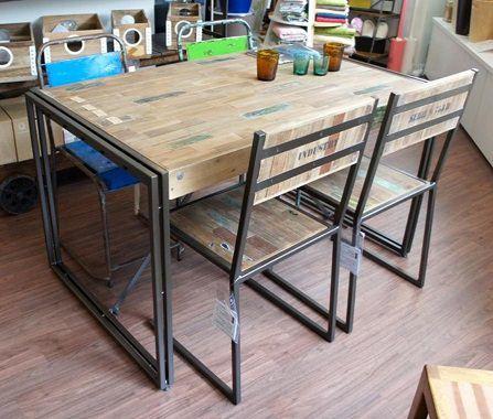 フローリングのようなテーブル