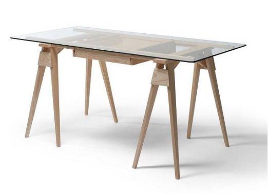 ガラス素材のテーブル